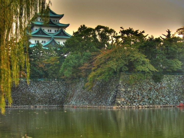 # Castelo Nijo O Castelo Nijo em Quioto é uma prova do poder do Shogunato de Tokugawa, que governou o Japão na era Edo. Ele tem dois grandes fossos. Dentro, há dois palácios, rodeados por jardins que foram de propriedade do Shogun o Imperador. O palácio do Shogun é aberto ao público. É ricamente decorado com folhas de ouro e tem pisos projetados para detectar ataques ninja. É o maior palácio sobrevivente dos Shoguns Tokugawa.