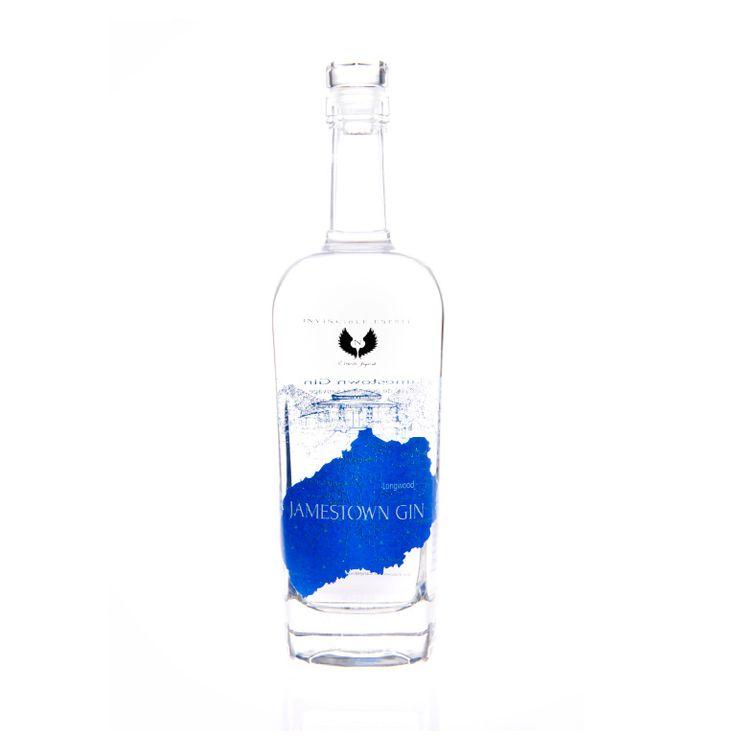 JAMESTOWN GIN, ALCOOL DE GENÉ- VRIER SAUVAGE La douceur des genévriers et leurs subtiles notes d'agrumes, dont regorge la généreuse île de Sainte- Hélène, offrent un gin équilibré et authentique. L'authenticité et l'équilibre du Jamestown Gin sont révélés par un procédé unique d'infusion lente au coeur de la Distillerie de l'île.
