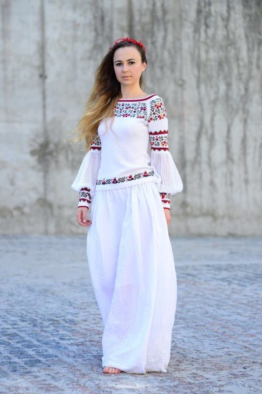 Трикотажная хлопковая блуза украшенная мотивами традиционного украинского орнамента