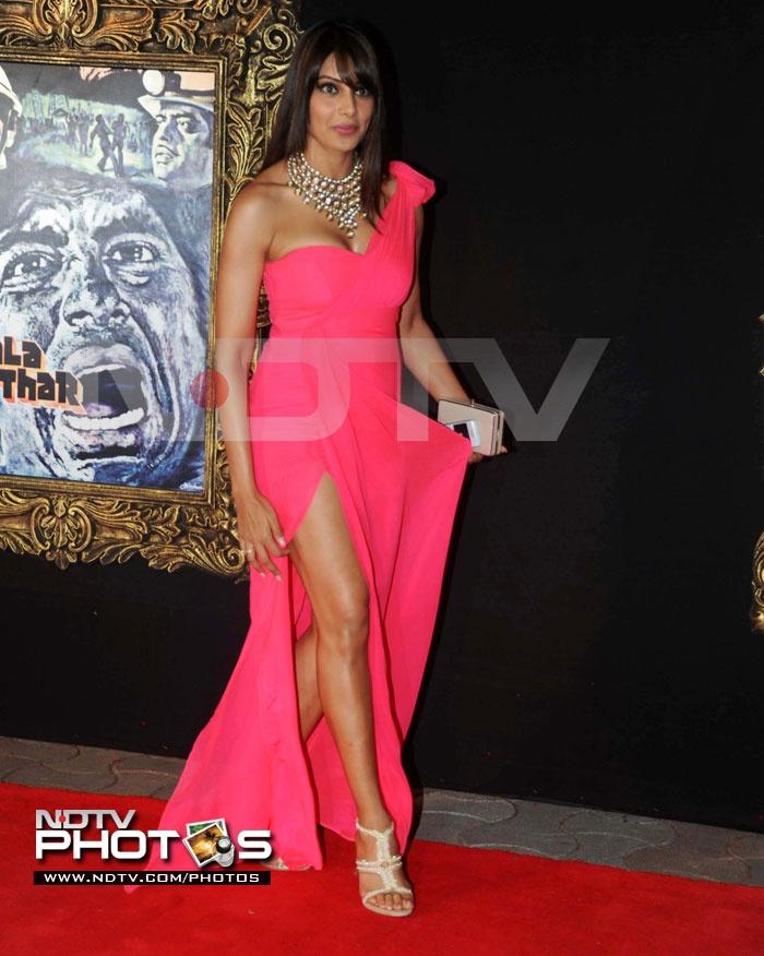 Jab Tak Hai Jaan Premiere: Bipasha Basu looks sexy in a fuschia pink dress by Nandita Mahtani