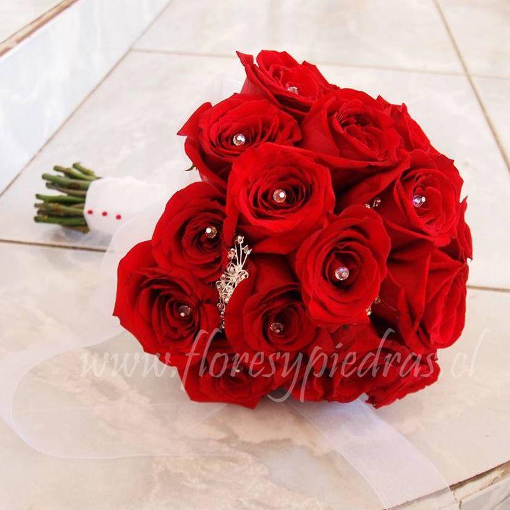 Elegante ramo de rosas rojas con cristales y brillos.... Diseño Flores y Piedras www.floresypiedras.cl