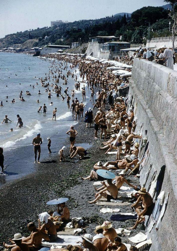 Soviet bleakness + a sunny beach. The Crimea 1958.