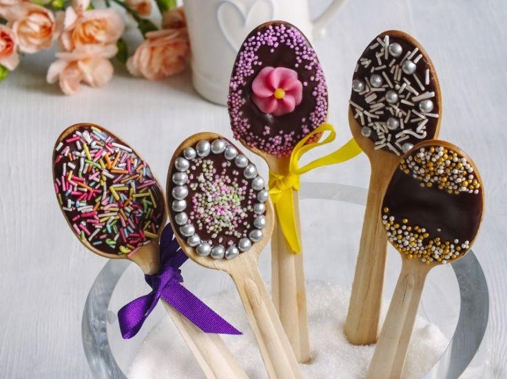Čokoládová lízátka si děti zamilují (a dost pravděpodobně i dospělí). Lízátka můžete rozdat jako dárky při oslavě nebo je použít jako odměnu pro soutěžící. Z drobných cukrových máčků vytvoříte i číslice.