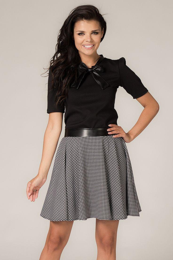Bluzka damska z kokardką w czarnym kolorze