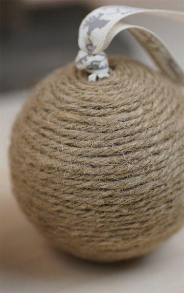 Zelfmaken: een kerstbal gedecoreerd met vlaskoord.