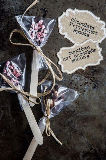 一つ一つ袋に包んでラッピングを。ナチュラル派の方へのプレゼントは、落ち着いたトーンのリボンを選んで。