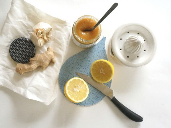 DROPPE smörgåsbräda Just 1 teaspoon of manuka honey, 1 squeezed lemon, chunk of peeled ginger, 1-2 cloves of garlic (not crushed), add hot water and stir. We like to call it the 'magic drink' :-) Foto: minor goods