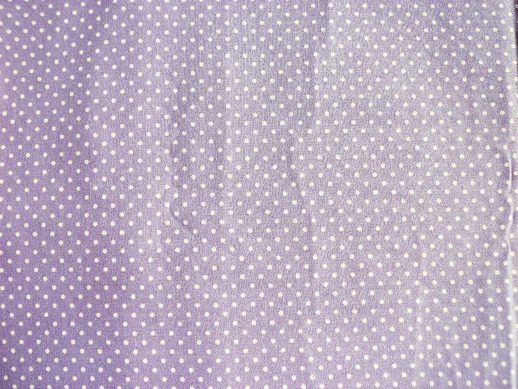bílé puntíky na světle fialové