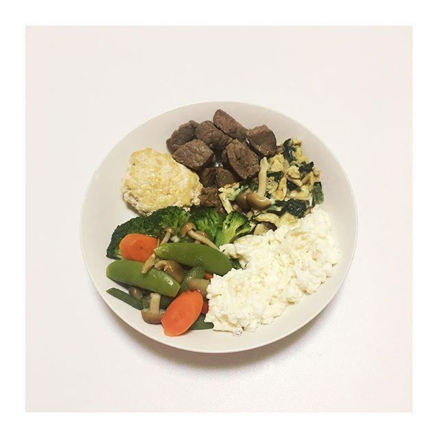 . . 2017.5.18 本日のディナープレート🍴 . 牛肉 胸肉ハンバーグ(つなぎで豆腐を少々) ほうれん草の卵焼き(本だしで味付け) 卵白のスクランブルエッグ 温野菜 . 卵白のスクランブルエッグを 米がわりに夜はいただいています😊 . #筋トレ #筋肉 #肉体改造 #減量 #調整  #変化 #肉 #鶏肉 #牛肉 #タンパク質  #ビタミン #糖質制限 #夕食 #お弁当  #料理男子 #筋肉弁当 #弁当男子 #サマースタイルアワード #NPCJ #food #enjoy #instafit #Gym  #workout #fitness #Best #Good