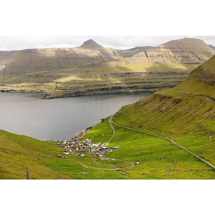 Lezersreis Moto73 Faeröer Eilanden: nog enkele plekken vrij Halverwege Denemarken - IJsland liggen de Faeröer Eilanden. Onwaarschijnlijk mooi: groen stil kleine weggetjes zuivere lucht. We genieten hier van de rust de ruimte en het landschap. 'Motorwandelen' is deze dagenhet devies. Het wordt een week om nooit te vergeten - want zo'n landschap vind je verder nergens. Voor de liefhebbers verzorgt Willem Laros (fotograaf en redacteur Moto73) tijdens deze dagen een fotoworkshop. Reisschema Za…
