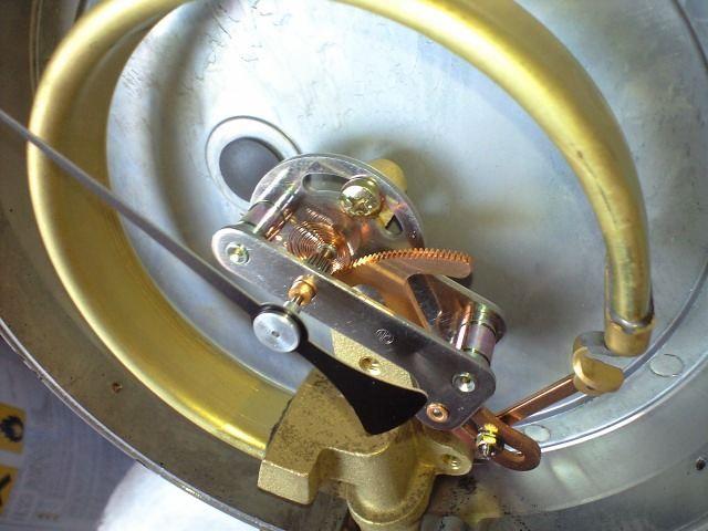 ブルドン管が開くと、先端のリンクで斧形の部品が引っ張られてます。<br /> 先端の歯は針の軸についてる歯車と噛み合っていて、針を動かします。<br /> <br /> 車用の圧力計は機械式でなく、電子式のステッピングモーター駆動が多いですね。