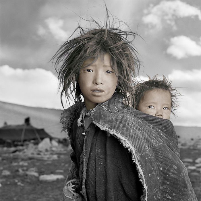 fotograaf Phil Borges. His photos of Tibetan refugees are unique and the hardship is felt throughout his work.