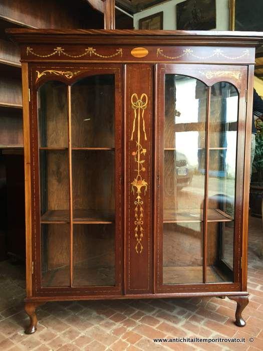 Mobili antichi - Vetrine  Antica vetrina inglese con intarsi colorati - Vetrina inglese intarsiata con fiocchi e cestini di fiori Immagine n°1