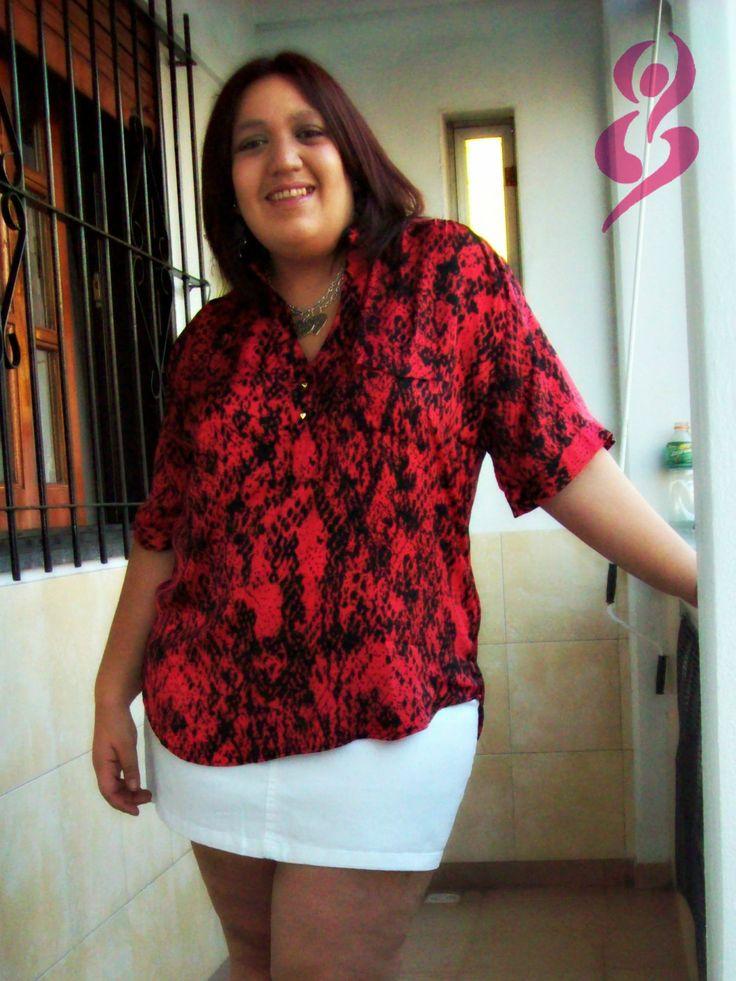 Camisa de seda estampada en fucsia y negro con botones en forma de puas doradas y pollera mini de jean blanca.  http://on.fb.me/18KelEP  #fatshion #plus #size #camisa #blouse #pollera #mini #skirt
