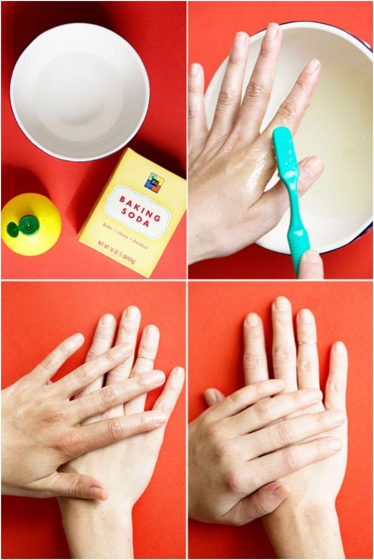 Meng water, citroensap en bakpoeder samen om een zelfbruiner verwijderen cocktail te creëren.  Gebruik dan de tandenborstel om te helpen exfoliëren weg geen donkere vlekken.