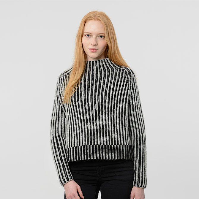 De skarpe strukturer i øen Kunoys klippelandskab har dannet inspiration til denne sweater. Det kommer blandt andet til udtryk i linjerne og formen på sweateren. Kunoy Sweater strikkes i dobbeltpatent i 100% Highland uld på pinde nr. 5,5. Sweateren fås i tre størrelser og fire farvevariationer.