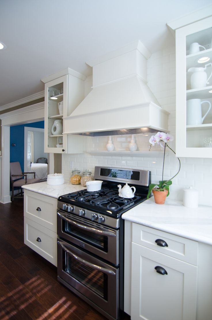 We're loving this double oven with gas range and white subway tile! #DreamBuilders