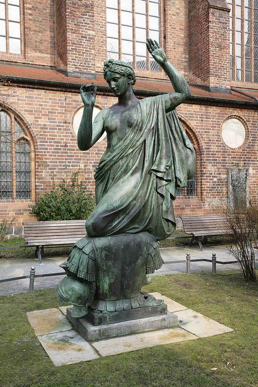 Klio - seit 1987 im Nikolaiviertel - wurde 1876 von Albert Wolff für den Sockel des Denkmals König Friedrich Wilhelm III. im Lustgarten geschaffen. Das Denkmal wurde im 2. Weltkrieg schwer beschädigt und später demontiert.Klio ist nur eine der neun Musen.