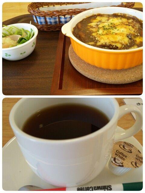 今日のお昼ごはんはカレードリアセットとブレンドコーヒーいただいています。