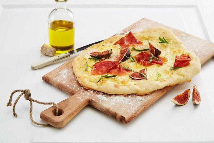 Hjemmelaget sprø pizza med Ridderost, spekeskinke og italiensk type pizzabunn.