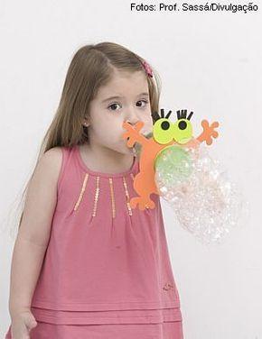 O Professor Sassá ensina a fazer um monstro que solta bolhas de sabão.   Para fazer esse bichão, você vai precisar de:  - Uma