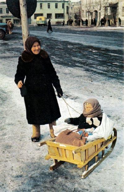 СССР глазами National Geographic: «Бабушка с внуком. На заднем плане видно лошадь»