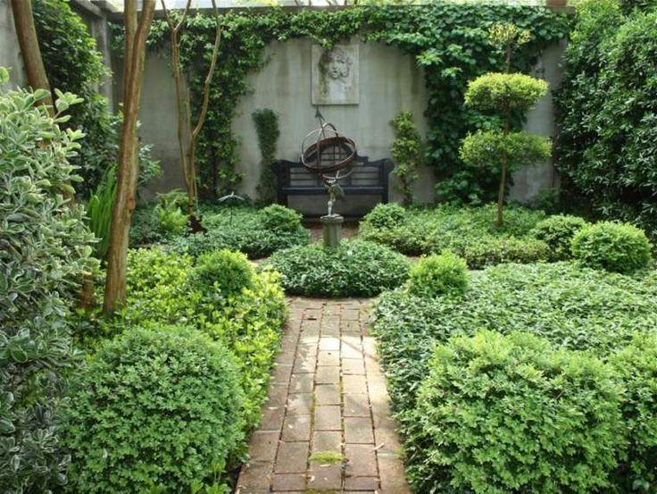 Jardin avec un banc de jardin au fond
