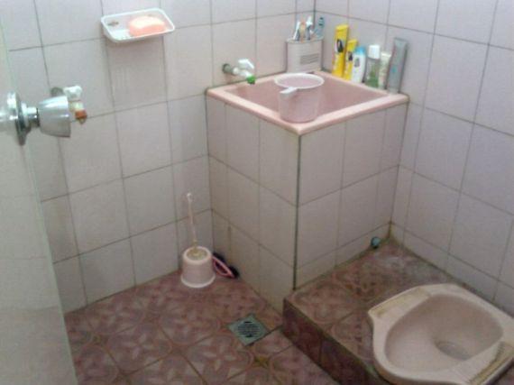 Kamar Mandi Sederhana dengan Kloset Jongkok Terbaru 2017,contoh gambar kamar mandi,kamar mandi modern minimalis indah terbaru,kamar mandi biru segar,kamar mandi