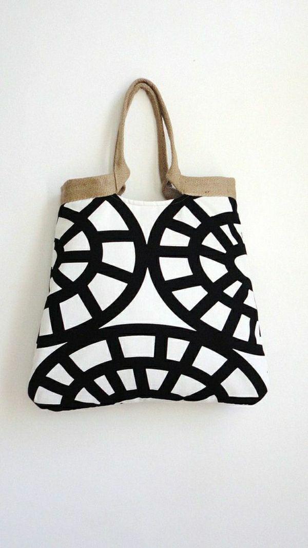 un sac grand à main de plage de couleur blanc-noir