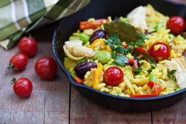 Ricetta della paella vegetariana con riso giallo, olive nere e verdure miste da Ricette FoxLife