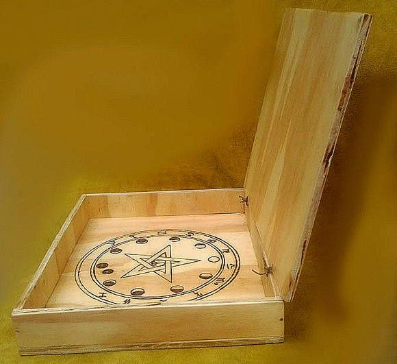 SPELLBOX ou CAIXA MÁGICA WICCA Caixa em madeira com símbolos mágicos, usada para fazer feitiços ou guardá-los, para proteção e ativação de magias. Ótima também para limpar e energizar oráculos, tais como, Runas, Tarôs, Oghans e quando não estiver sendo usada poderá guardar instrumentos mágicos. ...