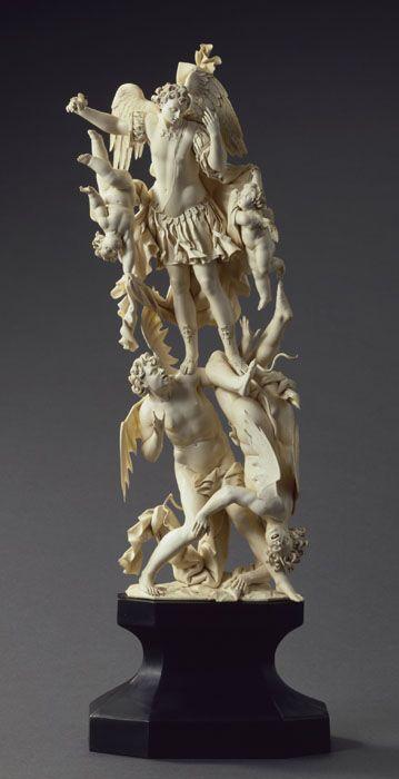 Saint-Michel terrassant les démons, ivoire, Naples, vers 1700 / St Michel with the demons, ivory, Napoli, circa 1700