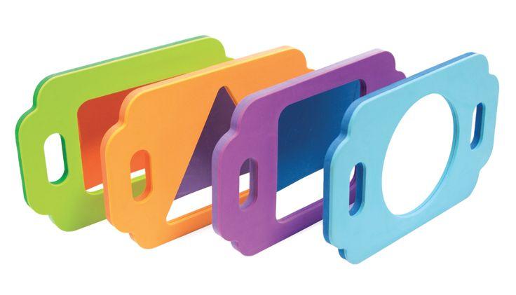 Ces 4 miroirs incassable ont un cadre en mousse coloré et léger. Les grosses poignées permettent une préhension facile de deux mains. La grande surface miroitante permet de voir l'intégralité du visage. Encourage l'exploration de soi et peut s'utiliser lors d'exercices de motricité bucco-maxillaire. Lot de 4 miroirs. Dim. 31 x 28 cm. Dès 1 an.