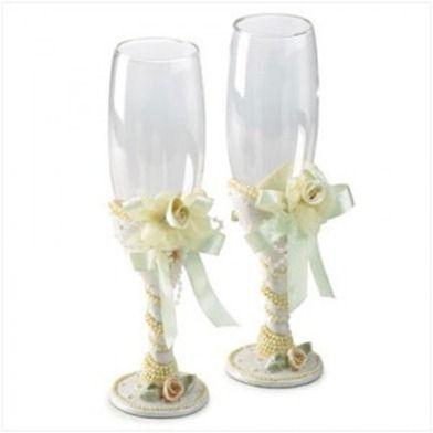 Imagen: copas decoradas con cintas y flores.