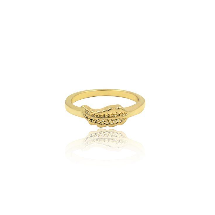 Jolie. Gold-coloured band with leaf symbol. Size: UK-O / US-7