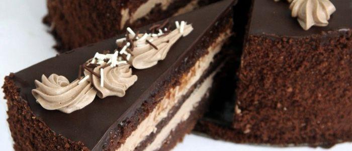 Торт «Прага» (или пражский торт) готовят из трех шоколадных бисквитных коржей, которые пропитывают кремом «Пражский», и сверху поливают шоколадной помадкой.