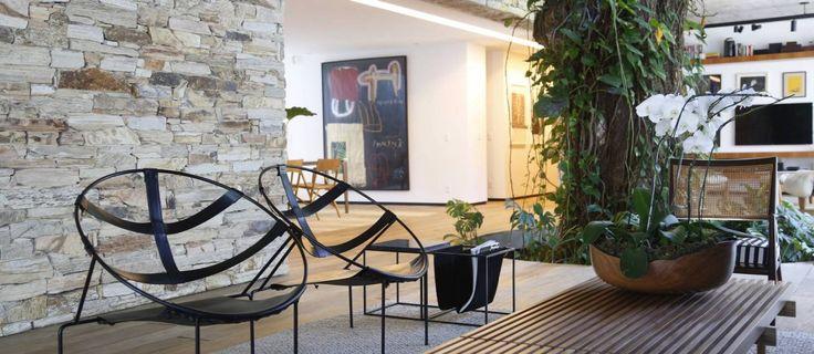 Varanda do colecionador Rodrigo Quadrado tem cadeiras Flávio de Carvalho Foto: Camilla Maia