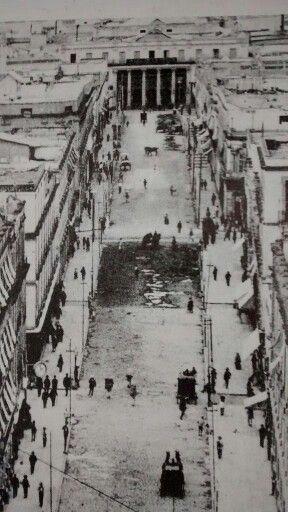 Calle 5 de Mayo y Calle de Vergara. Al fondo se aprecia el Teatro Nacional de Santa Anna. segunda mitad del siglo XIX. El 18 de febrero de 1842 se puso la primera piedra de lo qu