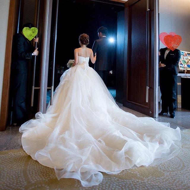 結婚式レポ♡カメラマンさんデータ ・ 披露宴入場。ドレスがキレイに写っていてお気に入りの写真。妊娠してもこのドレスを諦めなくてよかった!! みんながオープニングムービーを見ている間わくわくしながら扉が空くのを待ってました。 ・…