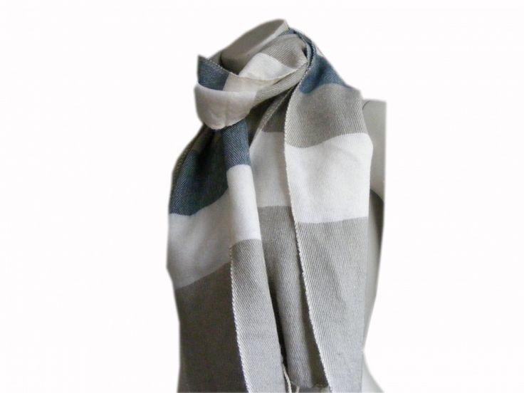 Fairtrade beige Tibetaanse das van yakwol. Heerlijk warm en zacht en verkrijgbaar in het blauw, roodroze en zwartgrijs voor €15,95.
