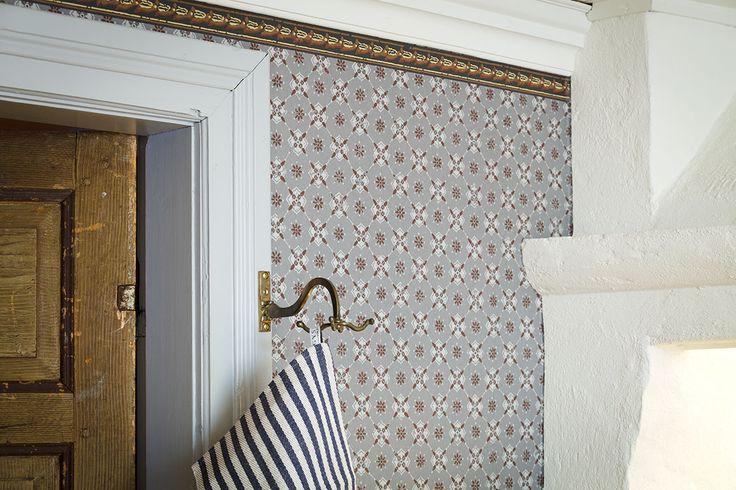 """Tapet Gårdskontoret mörkgrå (original) Wallpaper """"Gårdskontoret"""" darkgrey (original) http://webshop.gysinge.nu/products.php?product=Tapet%2C-G%E5rdskontoret%2C-m%F6rkgr%E5"""