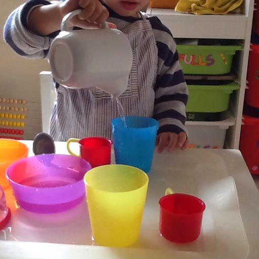 Juegos de Psicomotricidad fina para niños de 24 a 36 meses. Verter agua. - Mi mamá es psicóloga infantil