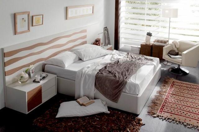Dormitorio con cabecero en blanco y coral y mesillas en blanco con detalles en blanco