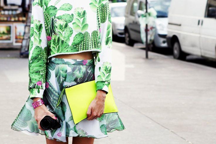 Топ и юбка с кактусами, металлизированный браслет и неоновые кроссовки — по отдельности звучит избито, но вместе выглядит свежо . Изображени...