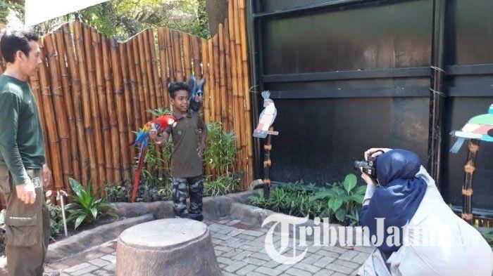 Libur Lebaran, Dua Wanita Ini Pilih Cari Rezeki di Kebun Binatang Surabaya
