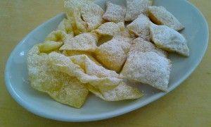 I turtlitt e le chiacchiere, dolci tipici del Carnevale piacentino.   I turtlitt sono tortelli dolci ripieni e fritti. Qui trovi una ricetta per farli buoni buoni.... http://www.atlanteguide.com/news/una-ricetta-al-mese-i-turtlitt-di-carnevale