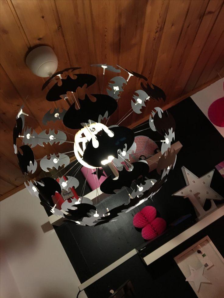 Batmanlampa utav en maskroslampa från ikea.