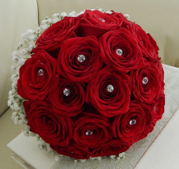 Buchet de mireasa cu trandafiri rosii, gypsophila, accesorii