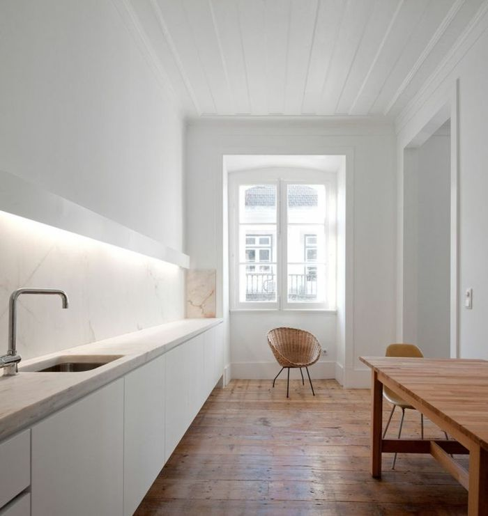 éclairage indirect pour la cuisine moderne avec un interieur blanc