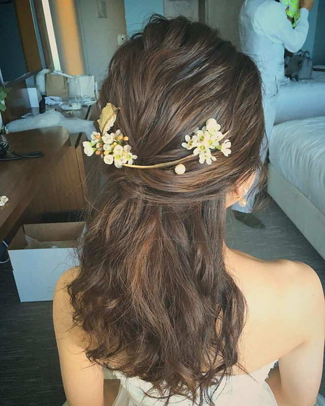 ポニーテール風ハーフアップ。 お花とチャームを組み合わせ。 個性的なヘッドピースに合わせて ヘアスタイルはシンプルに☺︎ Hair and Make by Rie #hawaiihairmake #hawaiiwedding #hawaiiweddingphoto #wedding #bride #hairarrange #hairstyle #laviefactory #laviefactoryhawaii #lgenic #photoshooting #ハワイヘアメイク #花嫁 #花嫁ヘア #プレ花嫁 #おしゃれ花嫁 #ハワイウェディング #ハワイ挙式 #ウェディング #ブライダル #ウェディングヘア #ヘアアレンジ #ヘアスタイル #ラヴィファクトリー #ラヴィファクトリーハワイ #エルジェニック #おはな #フェザー #ナチュラル #ポニーテール